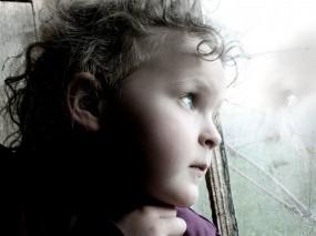 Задумчивый голубоглазый ребёнок