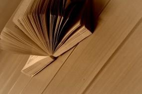 Обои Развёрнутая книга: Книги, Стол, Страницы, Разное