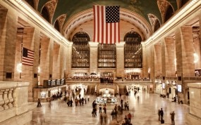 Люди на вокзале в США