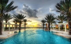 Обои Бассейн на берегу моря: Облака, Пальмы, Бассейн, Закат, Курорт, Прочая архитектура