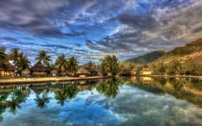 Обои Домики у реки: Облака, Пальмы, Река, Домики, Прочая архитектура