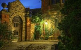 Обои Средневековый дворик: Вечер, Дворик, Фонарь, Средневековье, Прочая архитектура
