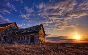 Обои Заброшенный дом: Солнце, Поле, Небо, Дом, Пейзаж, Прочая архитектура