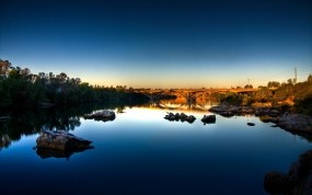 Обои Калифорнийский пейзаж: Река, Отражение, Мост, Камни, Небо, Синий, Утро, Калифорния, Города