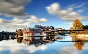 Обои Город на реке: Река, Город, Деревья, Солнце, Мост, Берег, Осень, Небо, Дома, День, Города