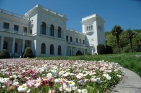 Обои Ливадийский дворец и ромашки: , Крым