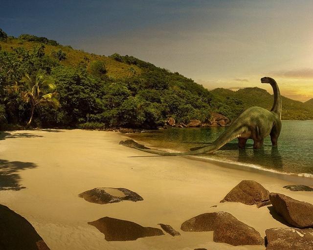 Динозавр на пляже