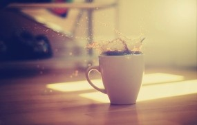 Обои Чашка кофе на полу: Свет, Брызги, Макро, Кофе, Чашка, Еда