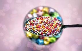 Обои Цветные драже: Ложка, Сладости, тарелка, драже, Еда