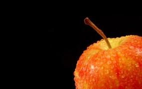 Яблоко на черном фоне
