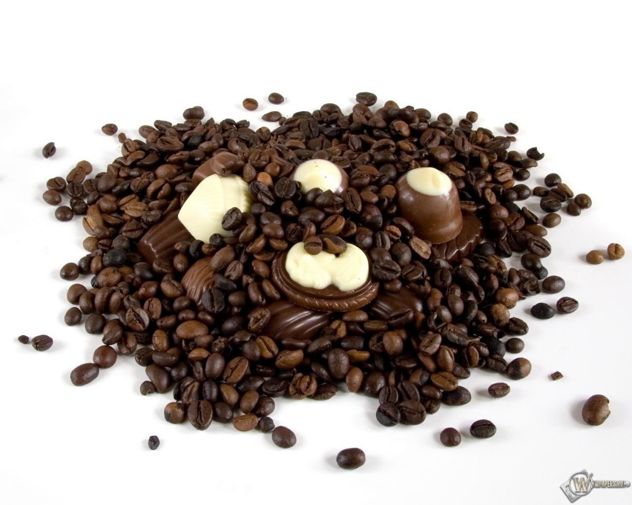 Обои Ягода малины шоколад и листочек мяты на дощатой
