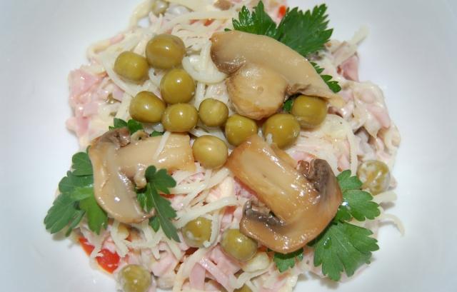 Салат с ветчиной - сыром и грибами