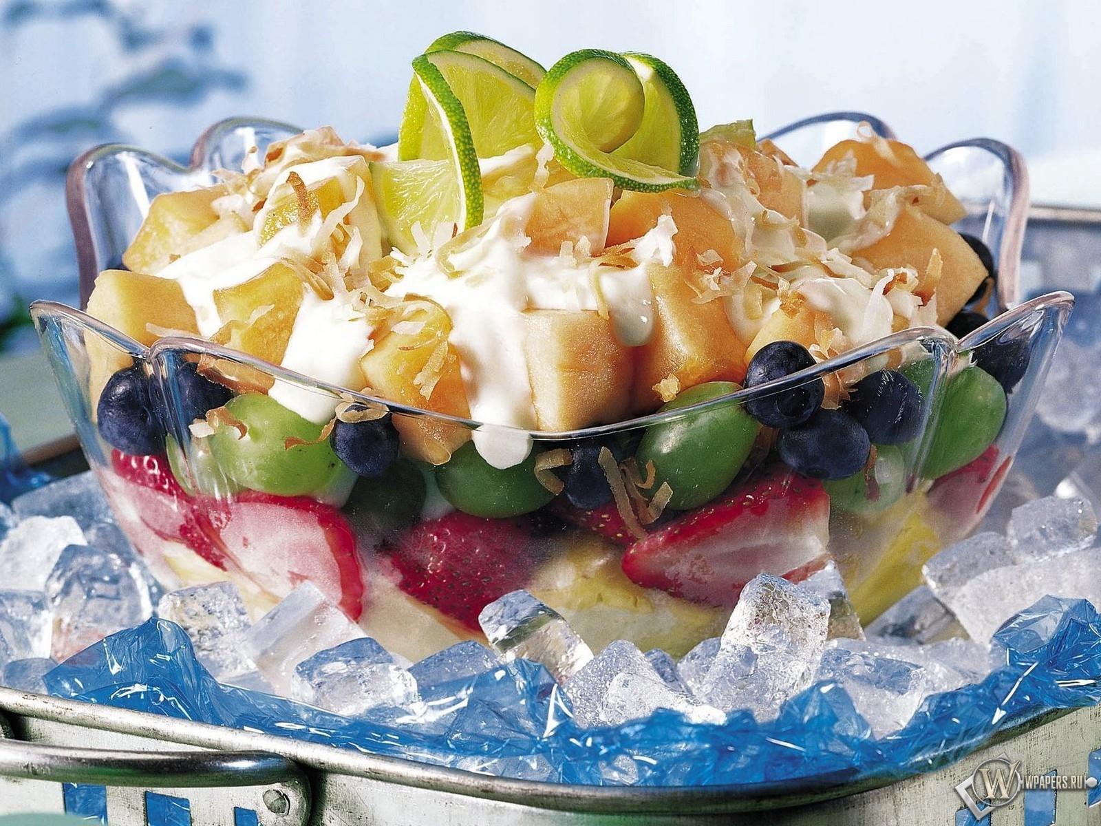 Фруктово-ягодный салат с йогуртом 1600x1200