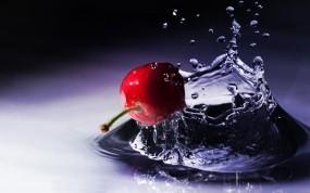 Обои Вишня на воде: Вода, Капли, Ягода, Вишня, Ягоды