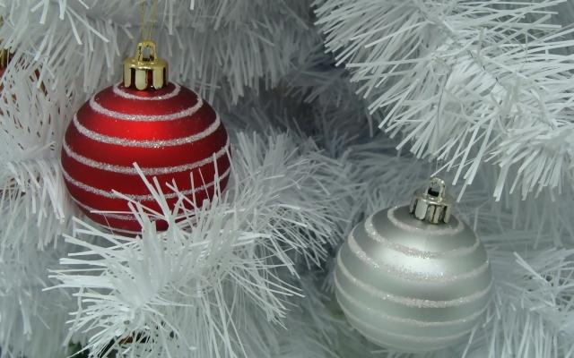Красный и белый ёлочные шары