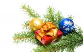 Обои Новогодний подарок: Новый год, Шарики, Подарок, Еловая веточка, Новый год