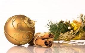 Обои Новогоднее настроение: Шарик, Новый год, Еловая веточка, Корица, Новый год