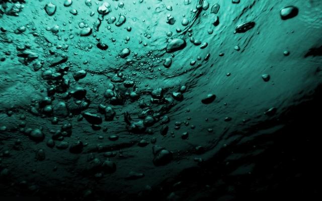 пузыри в море под водой