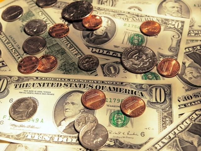 Монеты на бумажных деньгах