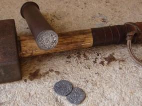 Обои Чеканка монет: Деньги, Работа, Молоток, Монета, Процесс, Чеканка, Деньги