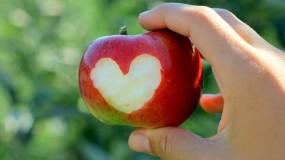 Обои Яблочная любовь: Сердце, Яблоко, Рука, Настроения