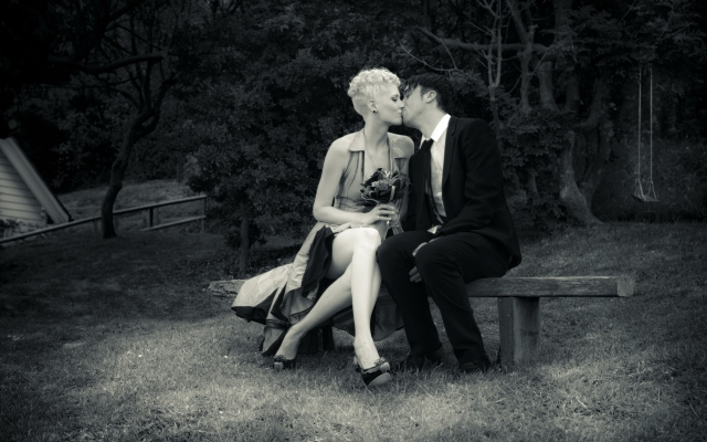 Парочка целуется