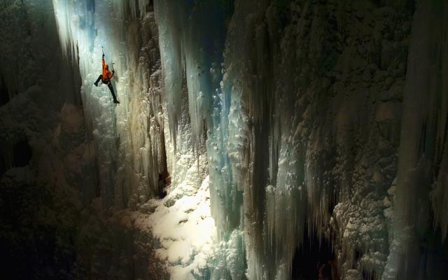Альпинист в пещере