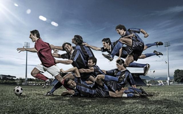 Футболисты и мяч