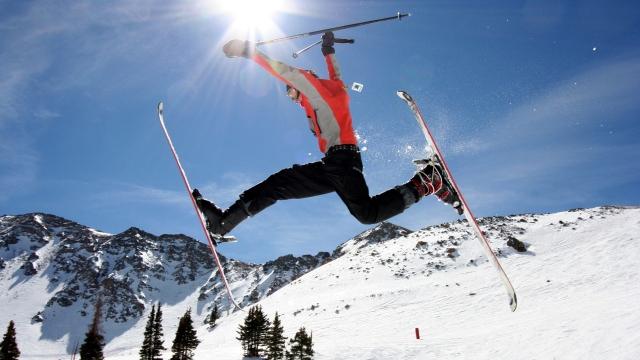 Скачущий лыжник