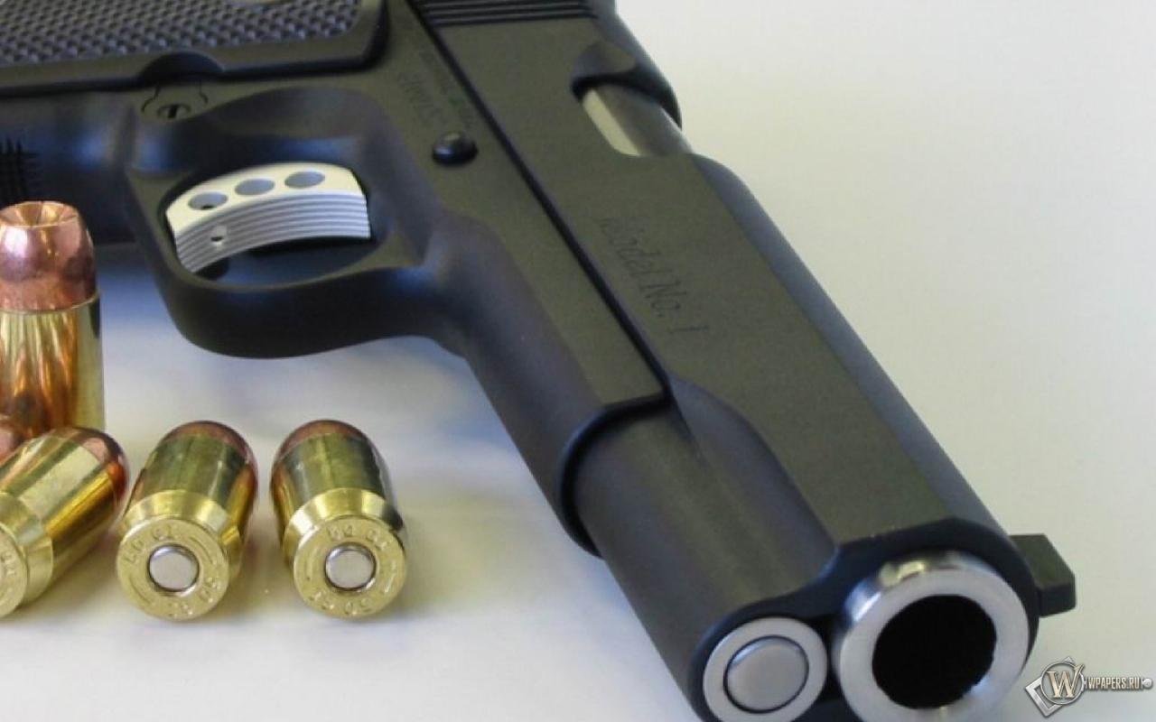 Обои пистолет с патронами на рабочий