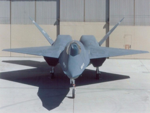 Истребитель в ангаре F-22
