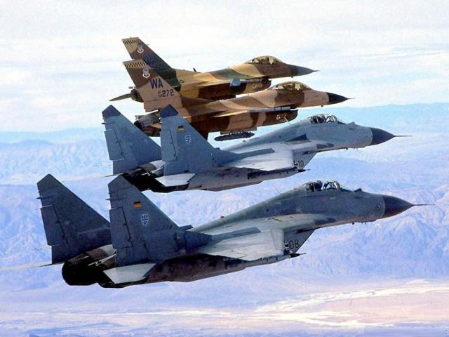Колонна истребителей F-16 и МиГ-29