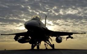 Обои F-16 Fighting Falcon: Закат, Истребитель, Бомбы, F-16, Истребители