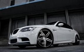 белая BMW 3