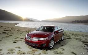 Lincoln MKS у реки