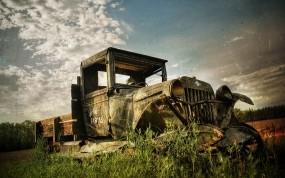 Старый ржавый грузовик