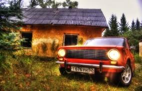 ВАЗ 2101 около старого дома