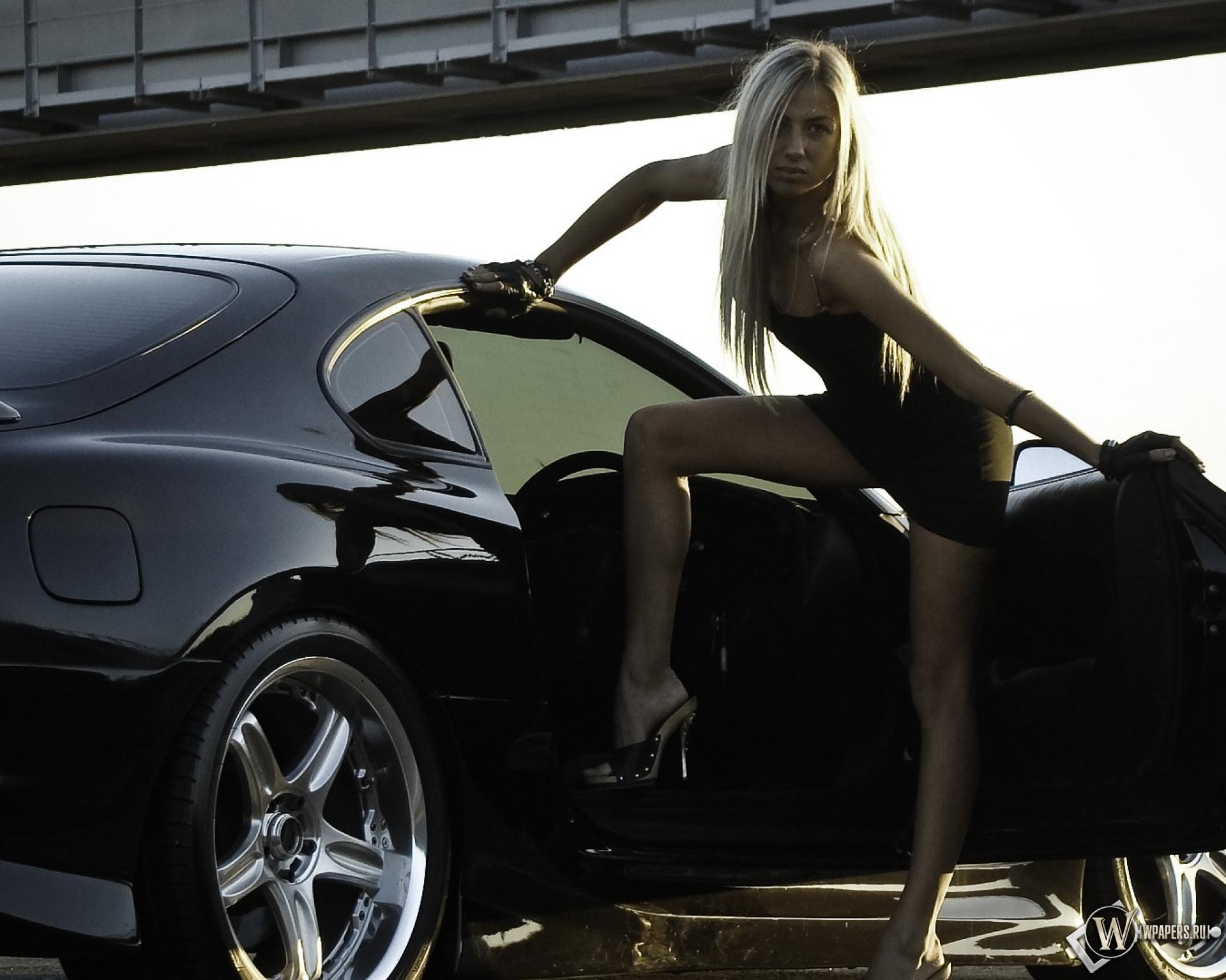 Обои машина рядом девушка обманка