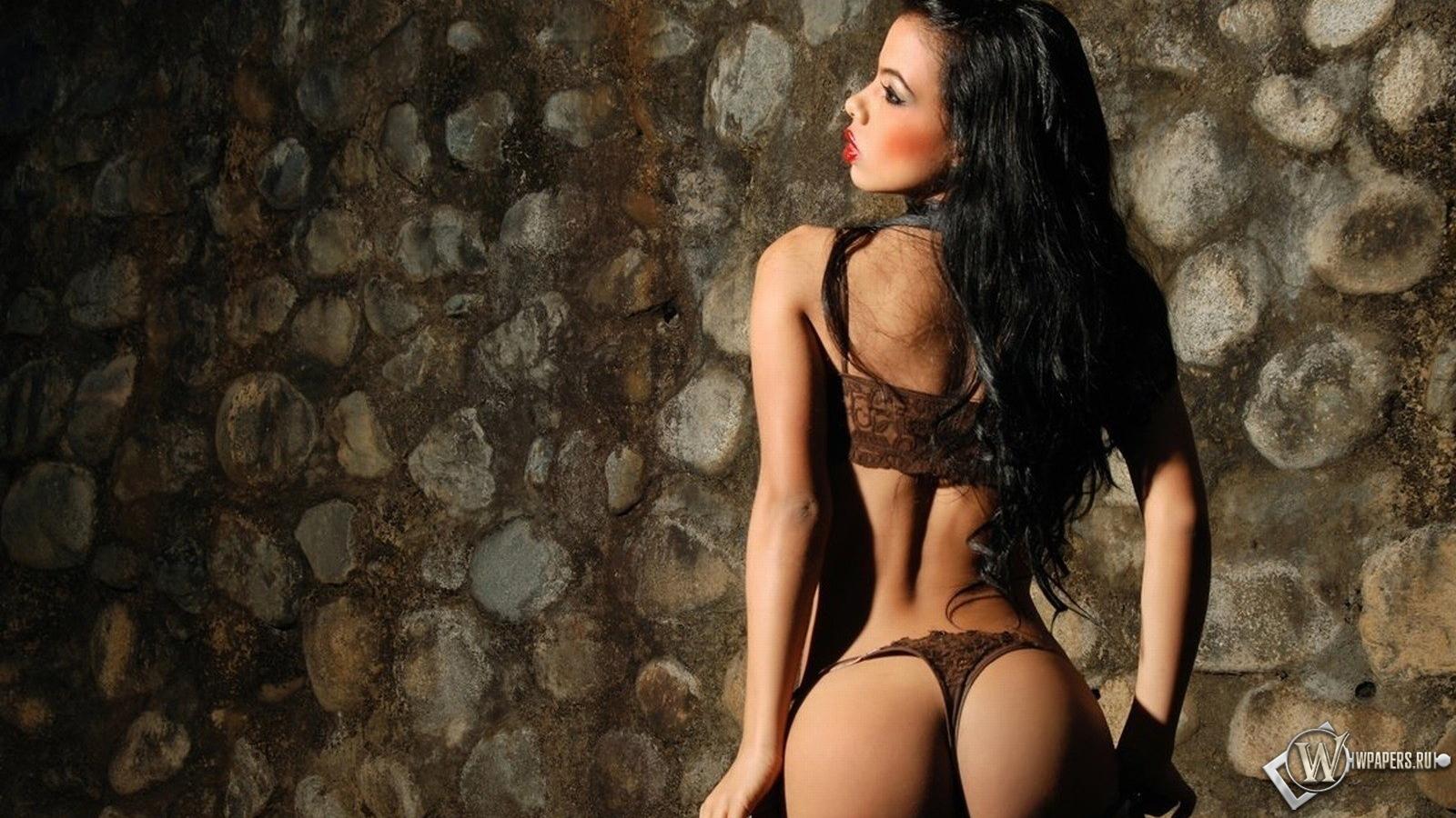 Фотки сексуально брюнетки в стрингах 4 фотография
