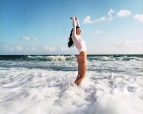 Обои Девушка в море: Волны, Море, Девушка, Пена, Настроение, Девушки