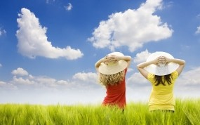Обои Две девушки в шляпах: Облака, Поле, Девушки, Девушки