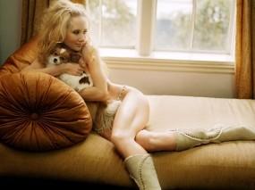 Обои Anne Heche: Диван, Сапоги, Собака, подушка, Anne Heche, Девушки