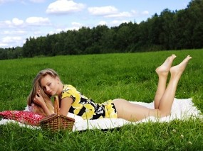 Обои Девушка на лугу: Девушка, Трава, Поляна, Девушки