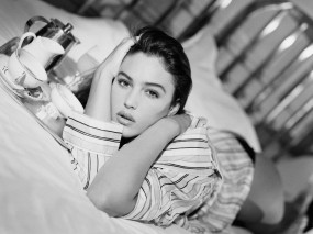Обои Monica Bellucci: Девушка, Кровать, Monica Bellucci, Моника Беллуччи, Девушки