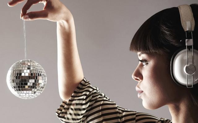 Девушка с зеркальным шаром