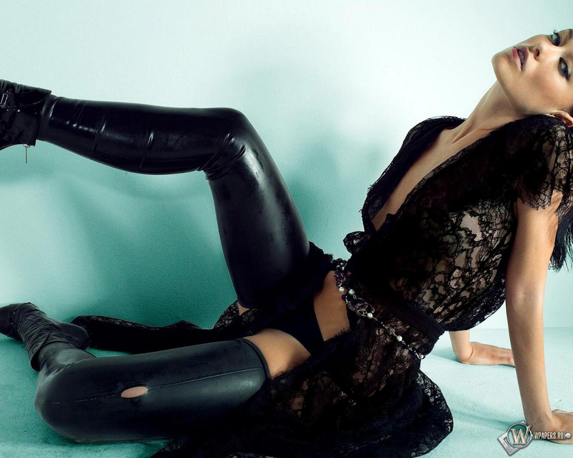 Сексуальные девушка в чёрном кожаном плаще фото 9 фотография