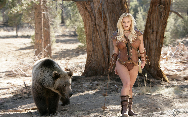 Худенькая блондинка в дикой природе одна без защиты  121029