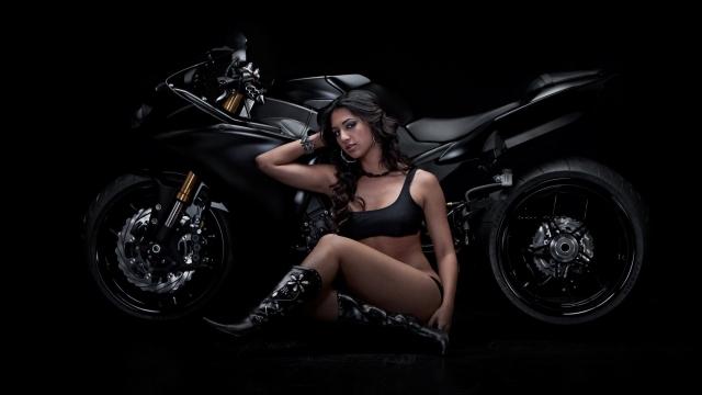 Девушка и Ducati