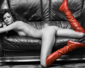 Обои Девушка на кожаном диване: Кудряшки, Красные сапожки, Кожаные сапоги, Ч/б, Девушки