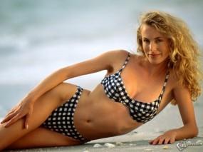Обои Девушка на пляже: Купальник, Блондинка, Вызывающий взгляд, Девушки